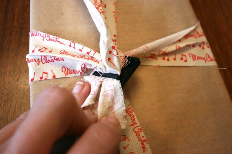 Tying a gift with fabric and ribbon slide